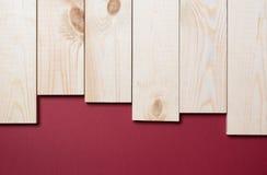 Деревянный коричневый цвет планки на maroon Стоковое Фото