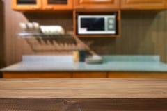 Деревянный космос стола и запачканный предпосылки кухни для продукта d Стоковое Изображение RF