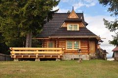 Деревянный коттедж гористой местности стоковая фотография rf