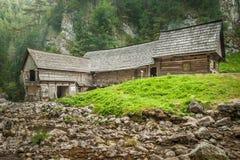 Деревянный коттедж в горах с заводью Стоковое Изображение