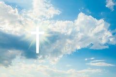 Деревянный крест на голубом небе стоковые фотографии rf