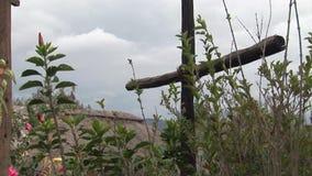 Деревянный крест на горе сток-видео