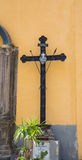 Деревянный крест на желтой церков гипсолита стоковое фото