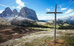 Деревянный крест на пропуске Sella, итальянских доломитах стоковые фото