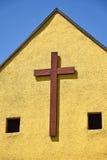 Деревянный крест на стене стоковые изображения