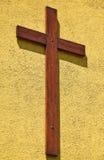 Деревянный крест на стене стоковые фотографии rf