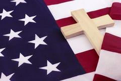 Деревянный крест обернутый в американском флаге Стоковая Фотография RF