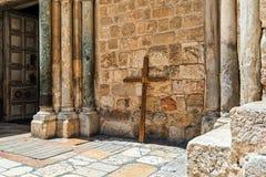 Деревянный крест постный против стены святой церков Sepulchre Стоковые Фото