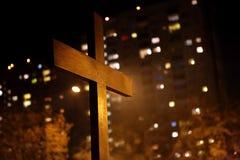 Деревянный крест против блока квартир Стоковое фото RF