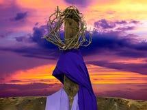 Деревянный крест с кроной терниев и ткани стоковая фотография rf