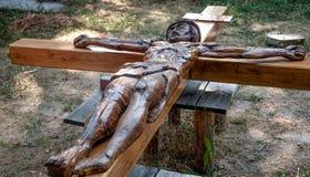 Деревянный крест с распятым Иисусом Христосом Стоковое фото RF