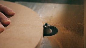 Деревянный круг получает механически спиленным акции видеоматериалы