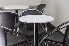 Деревянный круглый стол с стульями Стоковые Изображения RF