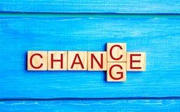Деревянный куб с ` изменения ` слова к ` шанса ` на деревянной таблице Концепция личные развитие и рост или изменение себя карьер стоковая фотография rf
