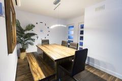 Деревянный кухонный стол, сельский домашний интерьер Стоковые Изображения RF