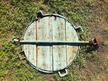 Деревянный люк в земле стоковая фотография