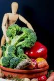 Деревянный манекен и смешивание овощей Стоковая Фотография