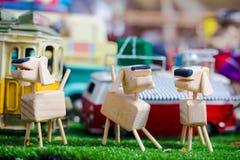 Деревянный манекен с деревянной собакой стоковое фото