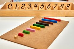 Деревянный материал Montessori для штаног Cuisenaire математики стоковые изображения