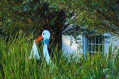 Деревянный младенец удерживания аиста для того чтобы объявить рождение Стоковое Изображение RF