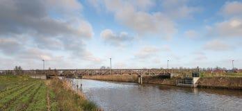 Деревянный мост велосипеда над голландским каналом Стоковое Фото