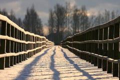 Деревянный мост в зиме стоковая фотография