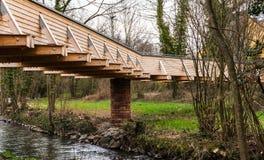 Деревянный мост в маленьком городе в Германии стоковые фотографии rf