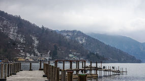 Деревянный мост в озере Chuzenji стоковые фотографии rf