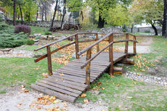 Деревянный мост в парке Стоковая Фотография RF