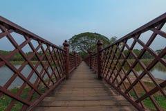 Деревянный мост в парке SukhothaiHistorical стоковые фото