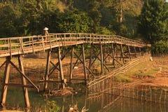 Деревянный мост в сельской местности Лаоса Стоковая Фотография RF