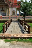 Деревянный мост в тайском виске, Wat Chulamanee буддийский висок главная достопримечательность в Phitsanulok, Таиланд стоковые изображения
