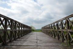 Деревянный мост, голубое небо и облака Стоковые Изображения RF