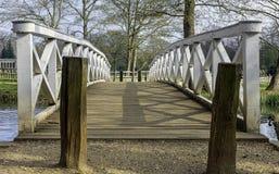 Деревянный мост дуба над озером восьмиугольник в Stowe, Buckinghamshire, Великобритании стоковое изображение rf