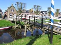 Деревянный мост канала в голландском рыбацком поселке Стоковое фото RF