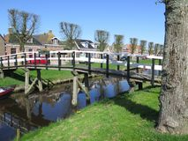 Деревянный мост канала в голландском рыбацком поселке Стоковые Изображения RF
