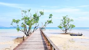 Деревянный мост к морю в острове Koh-Mak Стоковое Изображение