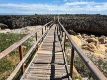 Деревянный мост к морю в пристани Vinh Hy в Ninh Thuan, Вьетнаме стоковые изображения rf