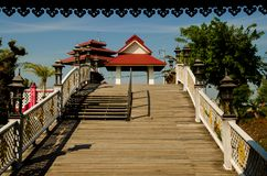 Деревянный мост к павильону стоковая фотография rf