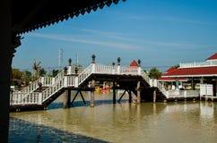 Деревянный мост к павильону стоковое фото rf
