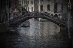 Деревянный мост над каналом в Венеции стоковое изображение