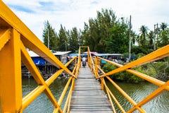 Деревянный мост над каналом стальное здание покрасил желтый цвет стоковая фотография rf