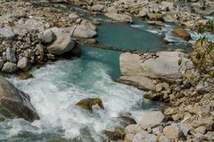 Деревянный мост над потоком реки бежать среди утесов стоковое фото rf