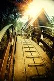 Деревянный мост над каналом в малом городке Голландии Стоковое Изображение