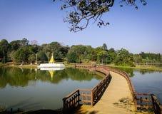 Деревянный мост на парке города стоковые фото