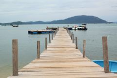 Деревянный мост на пляже стоковое фото rf