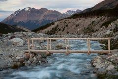 Деревянный мост над потоком в горах Стоковое фото RF