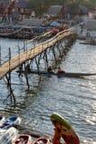 Деревянный мост на реке песни Nam Vang Vieng Лаос Стоковые Фото