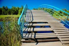 Деревянный мост над рекой в парке Стоковое Изображение RF