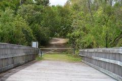 Деревянный мост портал к другим следам к походу в Greenway заводи Egans стоковая фотография